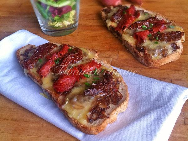 Tartine confit d'échalote, chorizo, tomates séchées et pont l'évêque